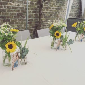 bloemen roels zaaldecoratie tafeldecoratie